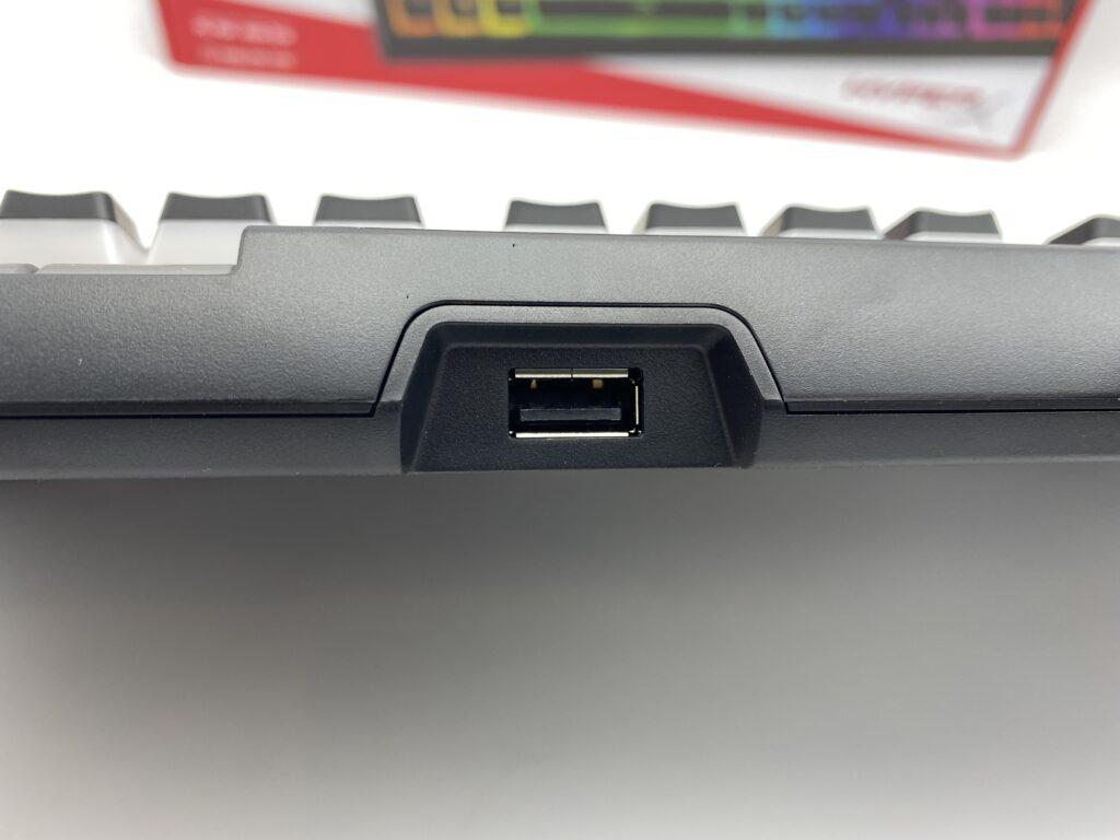 HyperX Alloy Elite 2上部側面のパススルーUSB接続部